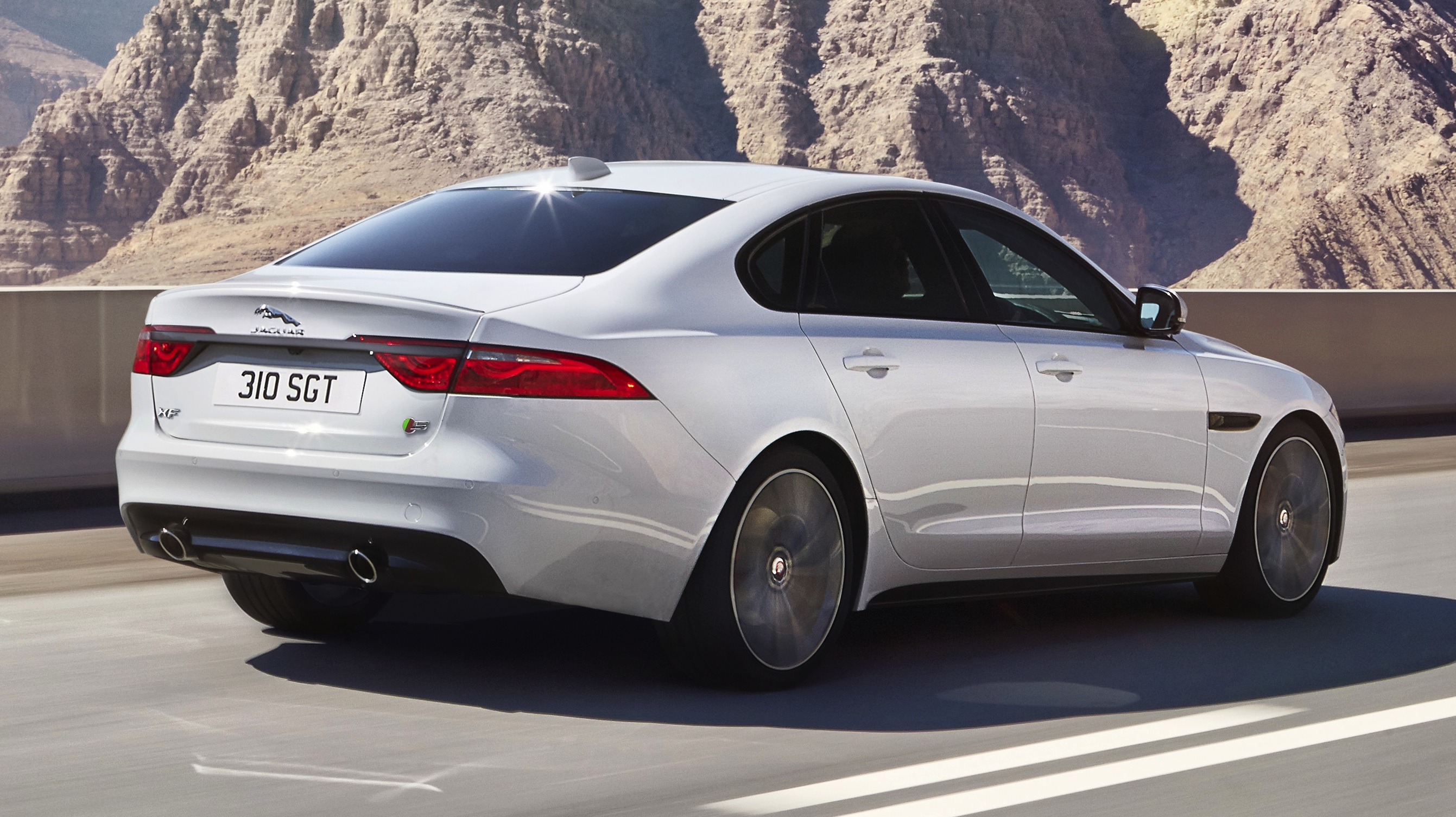 2016-jaguar-xf-rear-three-quarter-zoom-in